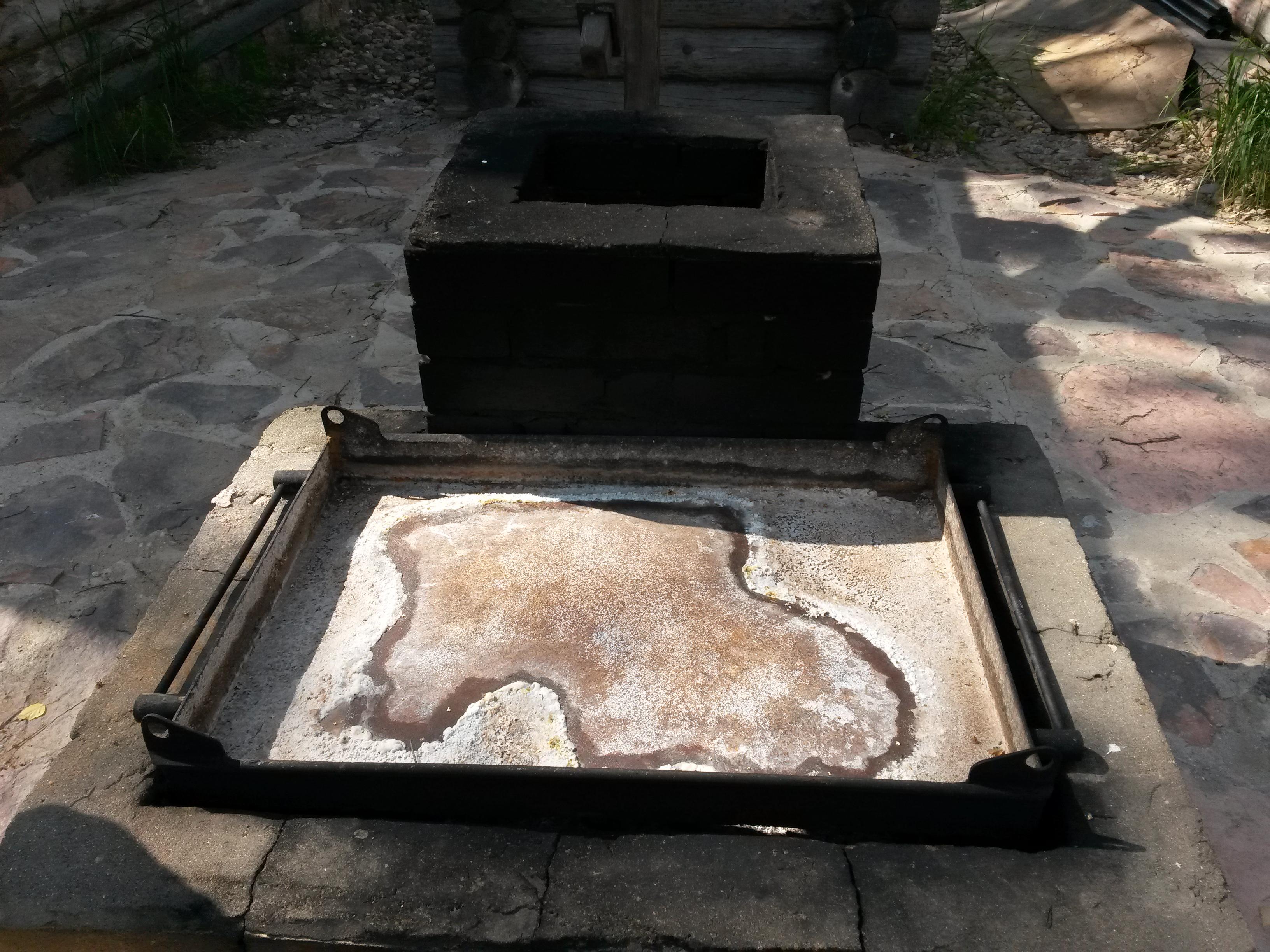 Небольшая печь с поддоном, для демонстрации варки соли