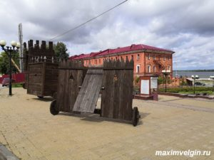 Выставка старинных стенобитных орудий.