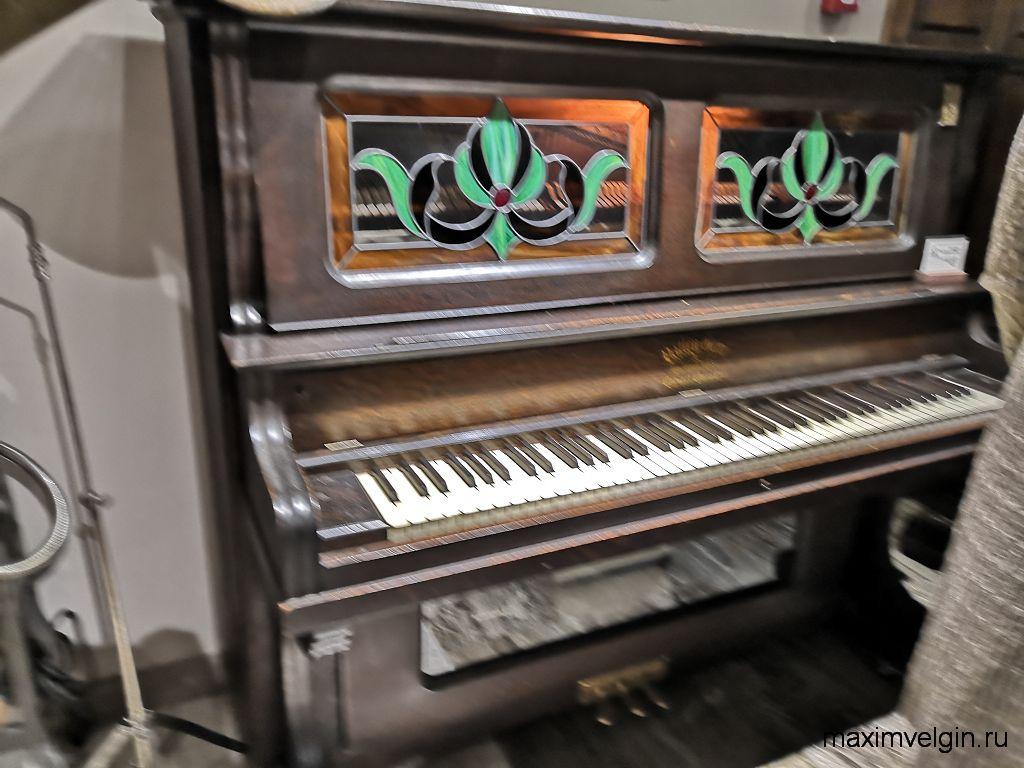 Старинное механическое пианино в музее звуки времени