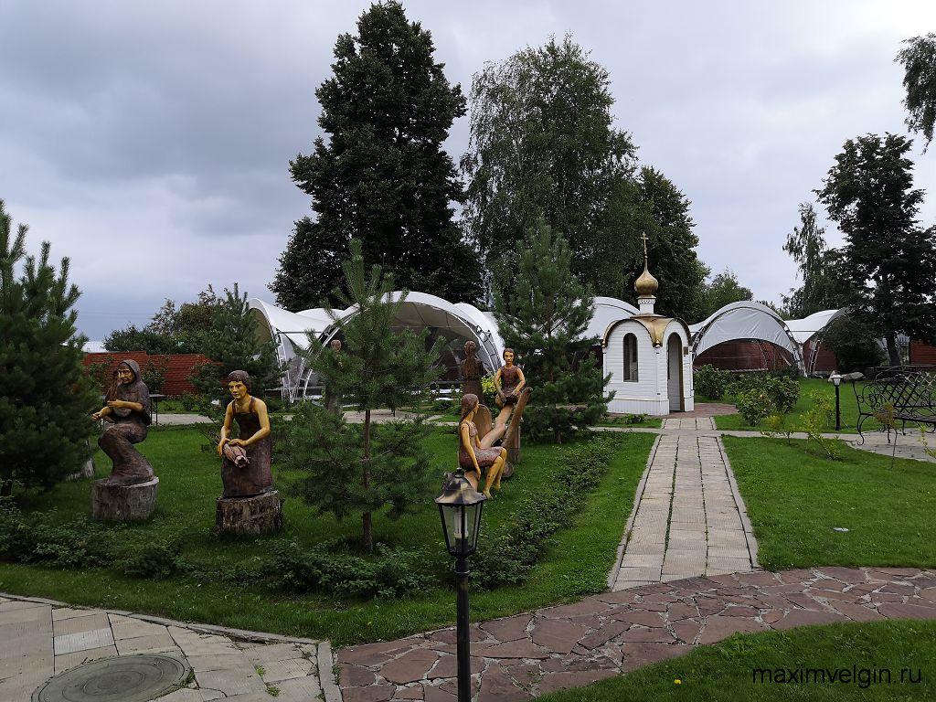 Музей ангела и летнее кафе сзади ресторации в село Вятское