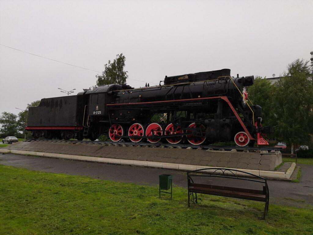 Вот так выглядит памятник паровозу труженику в городе Котлас Архангельской области.